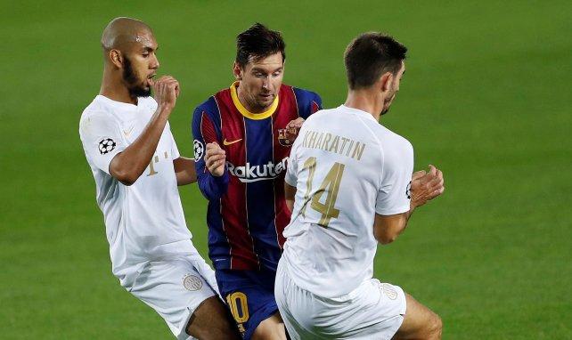 Aissa Laidouni (à gauche) à la lutte avec Lionel Messi au Camp Nou en Ligue des Champions