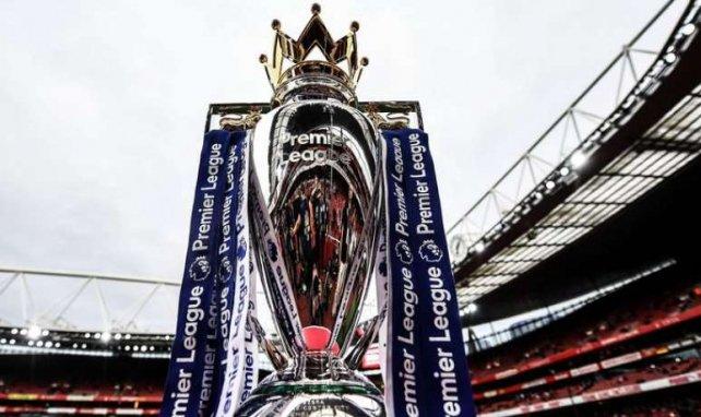 Le trophée de la Premier League exposé à l'Emirates Stadium