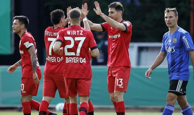 Les joueurs du Bayer Leverkusen célèbrent un but face à Sarrebruck