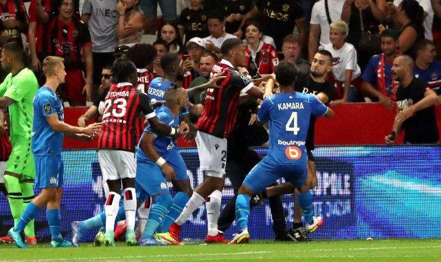 Un supporter niçois tente d'agresser physiquement le joueur de l'OM Dimitri Payet.