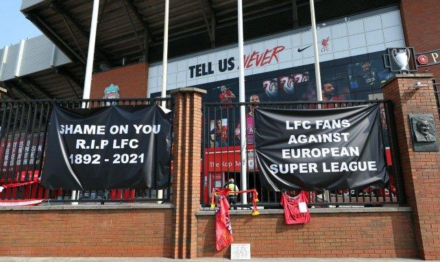 Des messages de supporters de Liverpool devant Anfield
