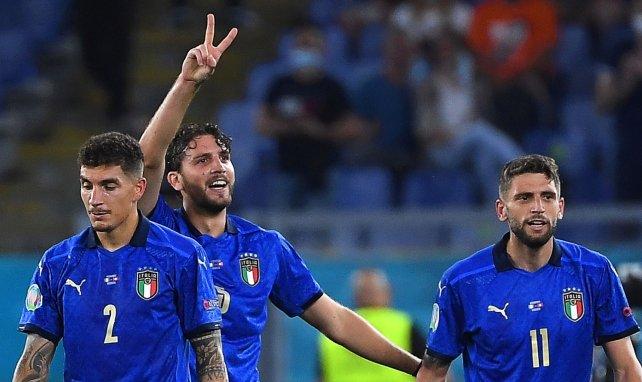 Giovanni Di Lorenzo et Domenico Berardi viennent congratuler Manuel Locatelli