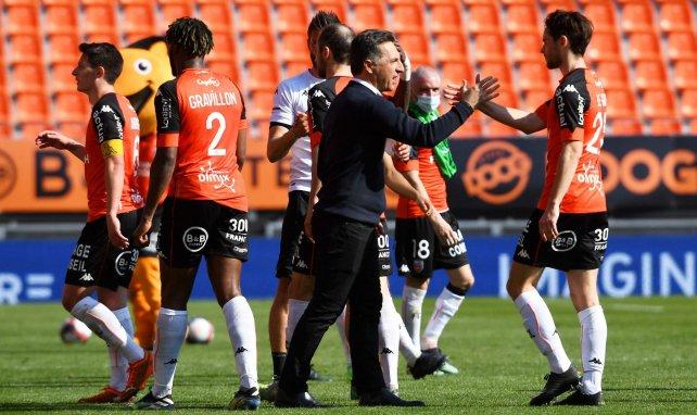Christophe Pélissier en train de féliciter ses joueurs