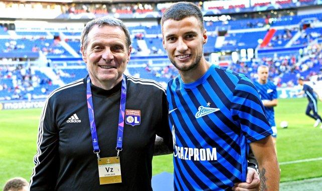Le kinésithérapeute de l'Olympique Lyonnais Patrick Perret avec Emanuel Mammana