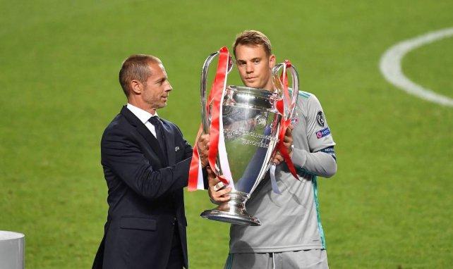 Manuel Neuer reçoit la Ligue des Champions