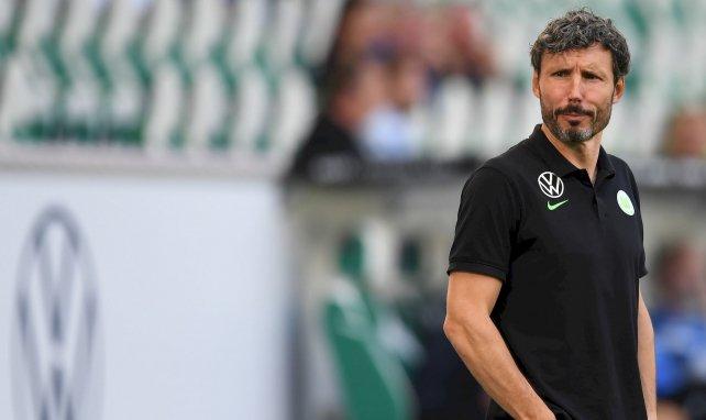 Mark van Bommel steht in Wolfsburg an der Seitenlinie
