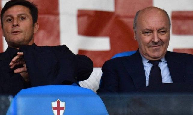 Le directeur sportif de l'Inter Beppe Marotta à côté de Javier Zanetti