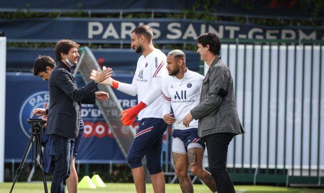 Leonardo salue Gianluigi Donnarumma au centre d'entraînement du PSG