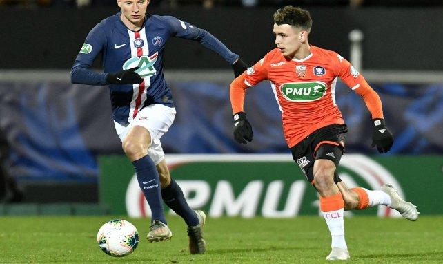 Le milieu de Lorient Enzo Le Fée face au Parisien Julian Draxler