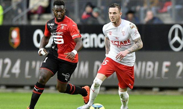 Nolan Roux avec Nîmes face au Stade Rennais de Joris Gnagnon