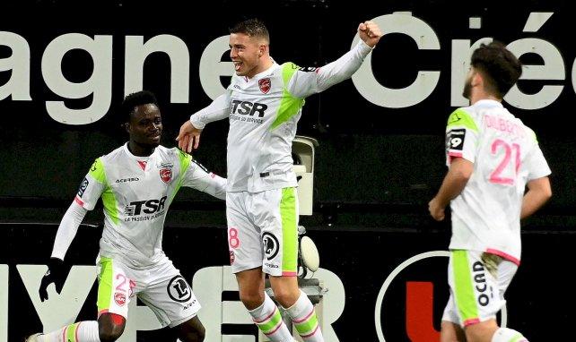 Baptiste Guillaume célèbre un but avec Valenciennes