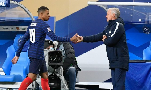 Kylian Mbappé check Didier Deschamps en sortant du terrain