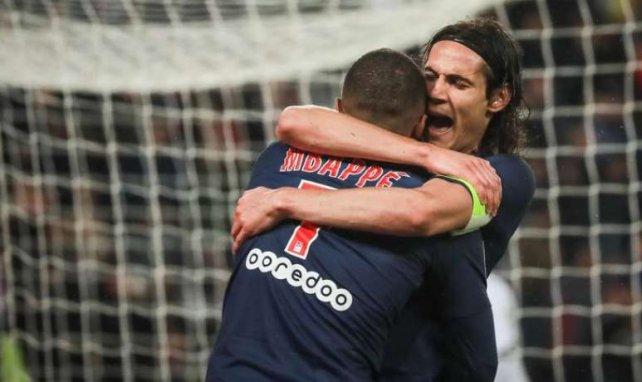 Edinson Cavani enlace Kylian Mbappé lors de la rencontre entre le Paris SG et Dijon en Ligue 1