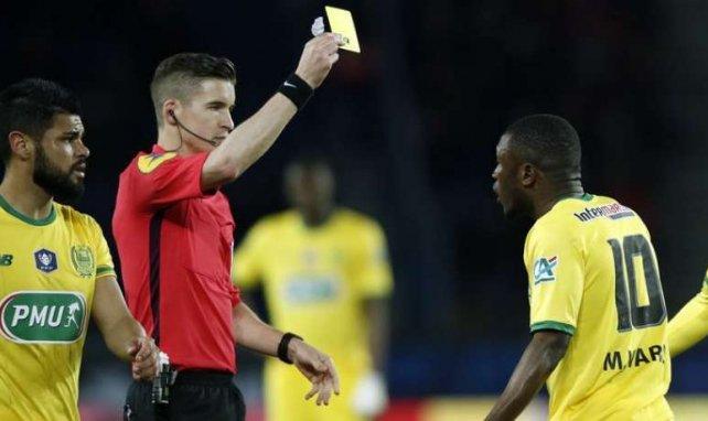 François Letexier donne un carton jaune à Majeed Waris lors de la rencontre entre le PSG et Nantes en Coupe de France