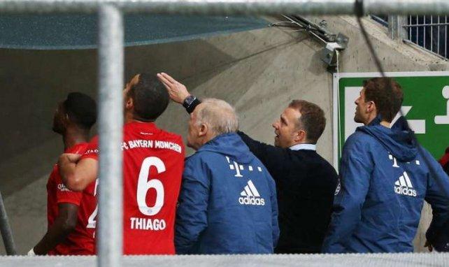 Hans Flick et Thiago Alcantara rentrant aux vestiaires lors de la rencontre entre Hoffenheim et le Bayern Munich