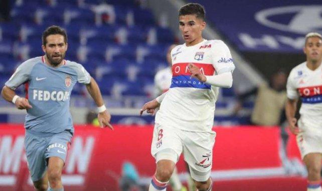 Houssem Aouar devance João Moutinho lors de la rencontre entre l'OL et Monaco en Ligue 1