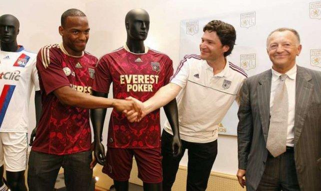 Jean-Michel Aulas tout sourire lors de la signature du contrat de sponsoring entre Adidas et l'OL en juin 2010