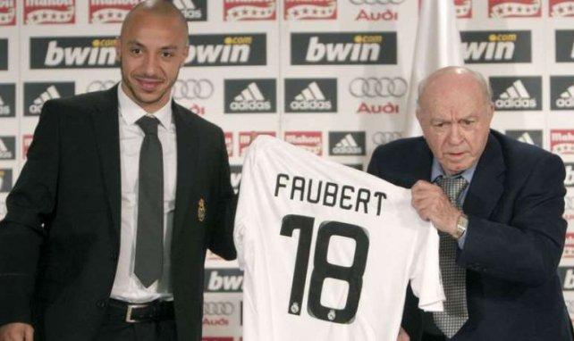 Julien Faubert présente son maillot au Real Madrid avec la légende Alfredo Di Stefano en 2009