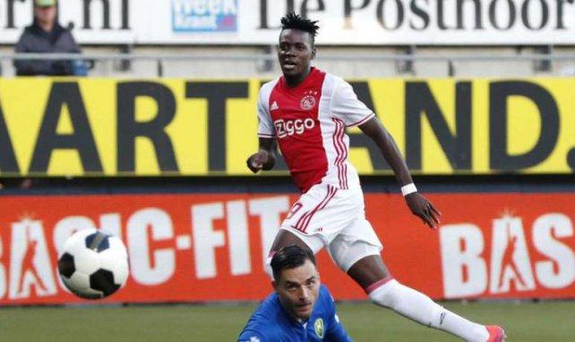 L'attaquant de l'Ajax Amsterdam Bertrand Traoré marque face à ADO