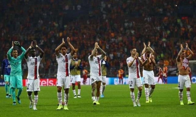 Les joueurs parisiens félicitent leurs supporters après la victoire face à Galatasaray