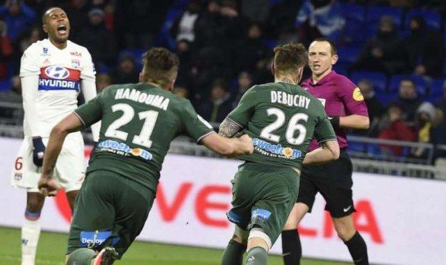 Mathieu Debuchy célèbre son but égalisateur lors de la rencontre entre l'OL et l'ASSE au Groupama Stadium en Ligue 1