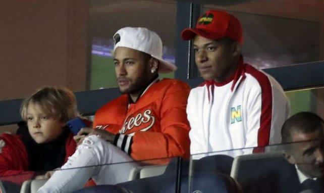 Neymar et Kylian Mbappé en tribunes lors de la rencontre entre le PSG et Toulouse