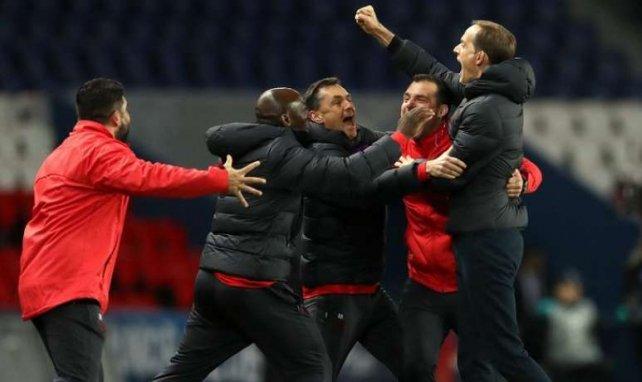 Thomas Tuchel, ici avec son staff, explose de joie après la victoire contre Dortmund