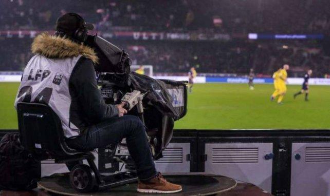 Un caméraman filme une rencontre entre le Paris Saint-Germain et le FC Nantes au Parc des Princes
