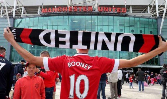 Un supporter de Manchester United devant Old Trafford avant la rencontre face à Wayne Rooney et Everton