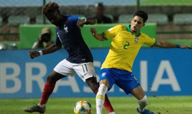 Yan Couto (à droite) à la lutte avec Nathanael Mbuku lors de France-Brésil en Coupe du Monde U17