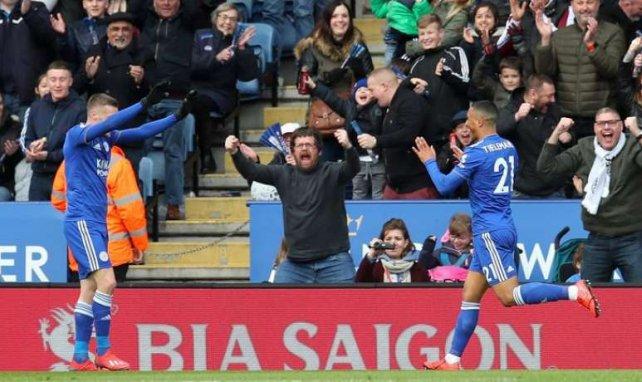 Youri Tielemans et Jamie Vardy se congratulent pendant la rencontre entre Leicester et Fulham
