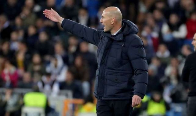 Zidane en train de donner des consignes lors de Real Madrid-Manchester City