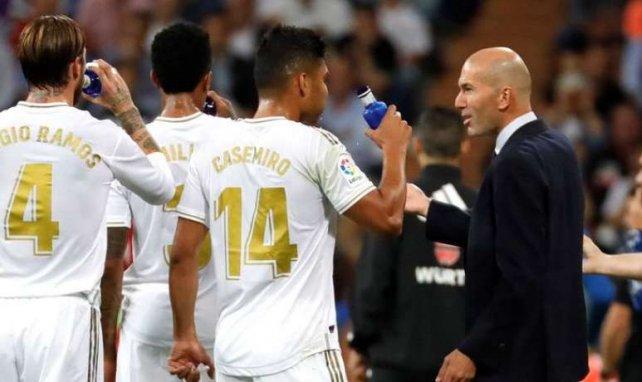 Zinedine Zidane donne des consignes à ses joueurs lors de la Supercoupe d'Espagne
