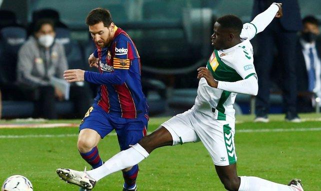 Omenuke Mfulu à la lutte avec Lionel Messi en Liga