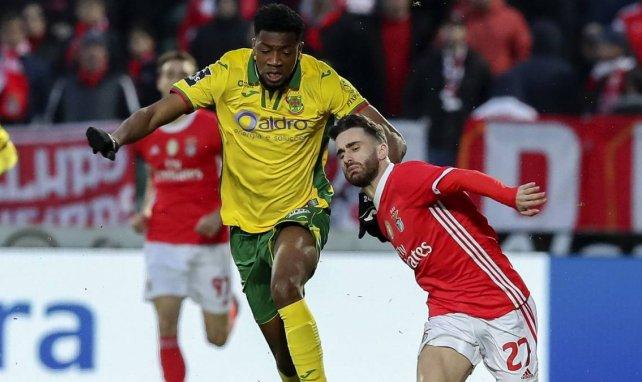 Mohamed Lamine Diaby, ici à la lutte avec Rafa Silva de Benfica, se livre pour FM