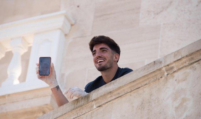 Monchu avec son téléphone portable