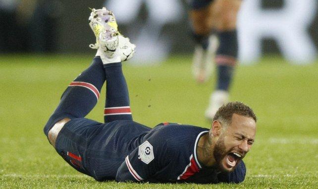 Neymar au sol après le tacle de Thiago Mendes