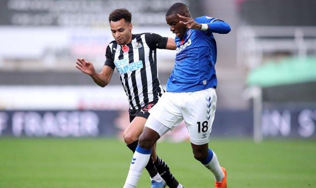 Niels Nkounkou sous le maillot d'Everton