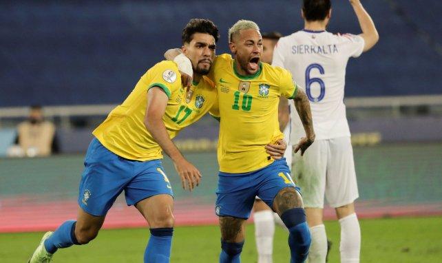 Lucas Paqueta et Neymar après le but du Lyonnais face au Chili