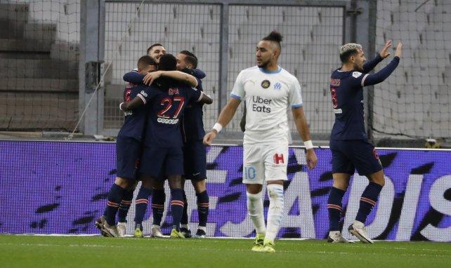 Dimitri Payet avec les Parisiens en pleine célébration derrière lui