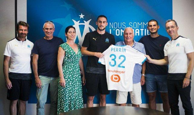 Lucas Perrin avec son maillot de l'Olympique de Marseille