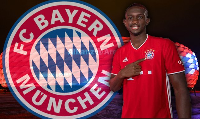 Tanguy Kouassi avec son maillot du Bayern Munich