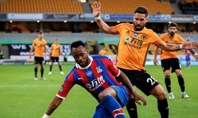 Moutinho au duel avec Ayew lors du match Wolverhamtpon-Crystal Palace