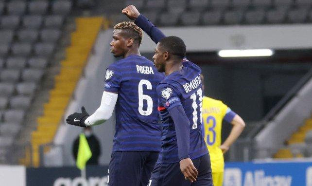 Paul Pogba et Ousmane Dembélé se congratulent après l'ouverture du score au Kazakhstan