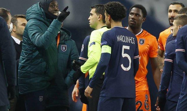 Demba Ba s'expliquant avec l'arbitre de PSG-Istanbul Basaksehir