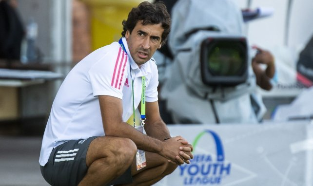 Raúl dans sa zone technique pendant un match de Youth League