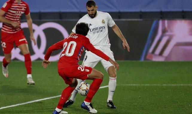 Karim Benzema face à Jesús Vallejo lors de Real Madrid-Grenade