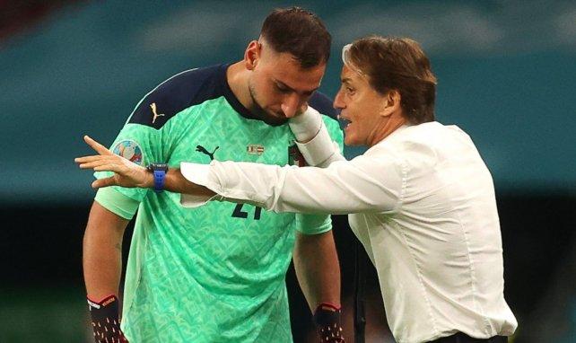 Le sélectionneur italien Roberto Mancini aux côtés de Gianluigi Donnarumma