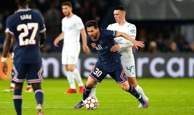 Lionel Messi au duel avec Phil Foden