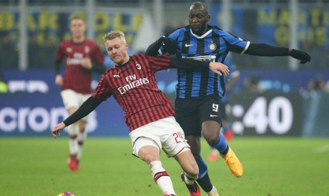 Simon Kjaer avec l'AC Milan contre l'Inter Milan